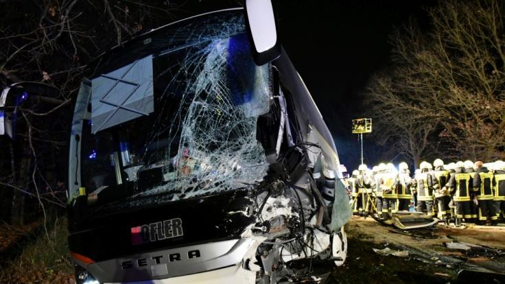 Das Wrack eines Reisebusses steht nach einem Unfall auf der B26 bei Stockstadt (Landkreis Aschaffenburg).