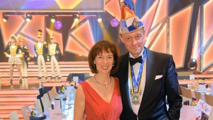 Friedrich Merz und seine Frau Charlotte Merz stehen bei der Verleihung des Orden wider den Tierischen Ernst 2020 des Aachener Karnevalsvereins (AKV) im Saal. (Foto)
