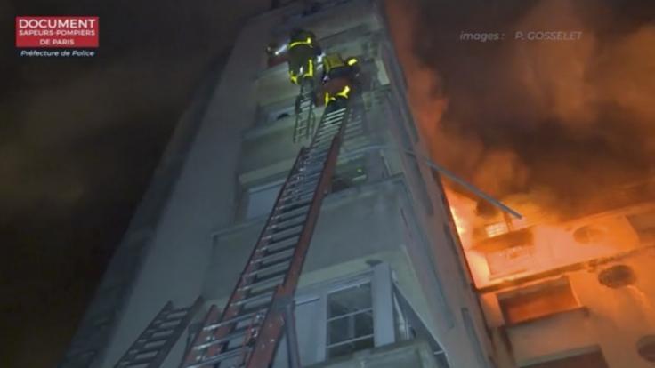Mit Leitern versuchte die Feuerwehr, die eingeschlossenen Bewohner zu retten. (Foto)
