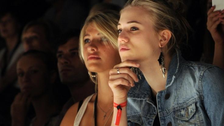 Sarina Nowak (l) und Larissa Marolt 2010 während der Mercedes-Benz Fashion Week in Berlin.