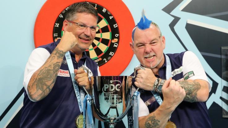 """Gary """"THe Flying Scotsman"""" Anderson und Teamkollege Peter """"Snakebite"""" Wright setzten sich bei der Darts Team WM 2019 in Hamburg gegen Irland im Finale durch. (Foto)"""