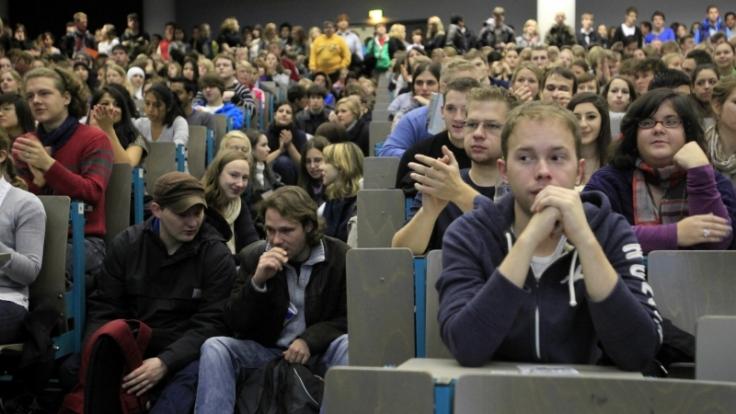 Ist die Faulheit nur ein Klischee? Studenten drängen sich im Vorlesungssaal. (Foto)