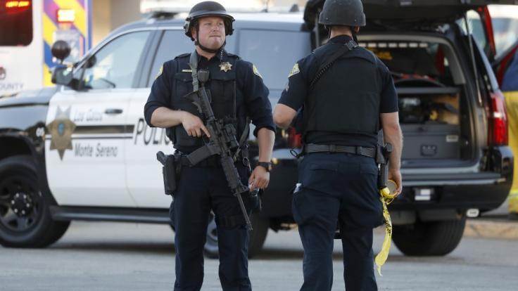 Nach Schüssen auf einem Volksfest in Kalifornien sind mindestens drei Menschen gestorben. Der mutmaßliche Schütze wurde von der Polizei erschossen.