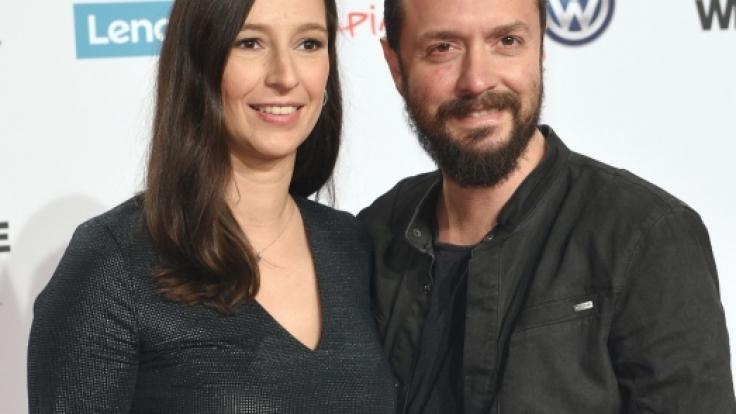 Die Moderatorin Pinar Atalay und Begleiter kommen am 01.12.2016 zur Verleihung des Radio-Preises 1Live Krone in Bochum.