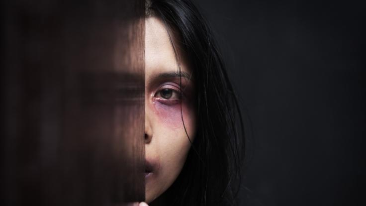 Die 39-jährige Katrina war ein Jahr lang ein Opfer von häuslicher Gewalt. Ihr Freund (25) hatte sie wiederholt eingesperrt und misshandelt. (Foto)