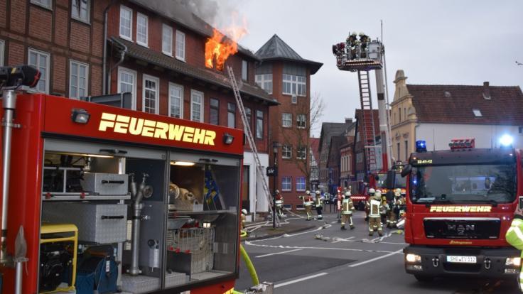 Feuerwehrleute bekämpfen einen Brand in einem Mehrfamilienhaus in Stadthagen.