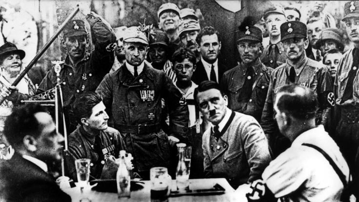 Ein junger Adolf Hitler in München, noch vor der Annexion des Sudetenlandes.