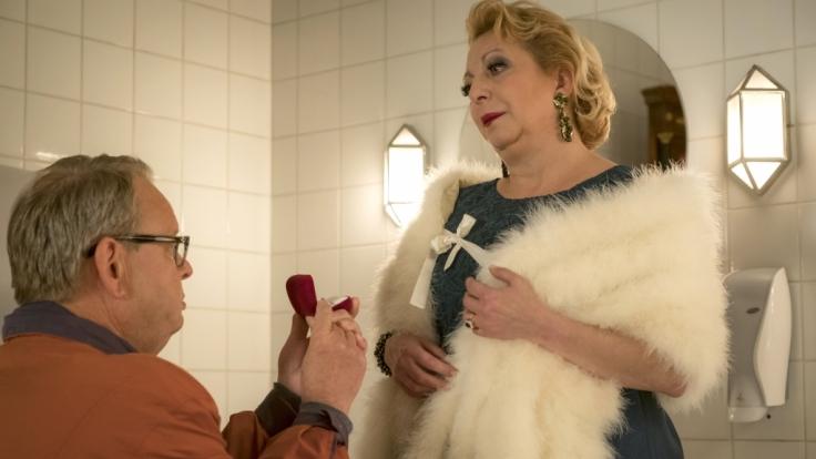 Den Antrag hätte er sich sparen können: Bernd (Fritz Roth) holt sich bei Karin (Manon Straché) eine Abfuhr.