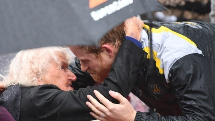 Prinz Harry umarmt bei seinem Besuch in Sydney die 97-jährige Daphne Dunne.
