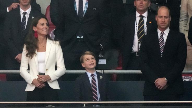 Familienausflug zum Fußballspiel: Kate Middleton mit Sohn Prinz George und Ehemann Prinz William auf der Tribüne. (Foto)