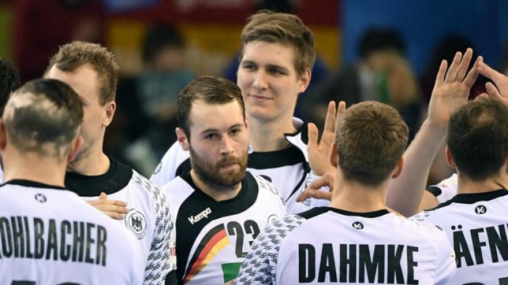 Die deutschen Handabller Steffen Fäth und Finn Lemke freuen sich nach dem Vorrundenspiel gegen Saudi Arabien, das die DHB-Auswahl mit 38:24 gewann, über den Sieg, der die Mannschaft vorzeitig ins Achtelfinale gebracht hat.