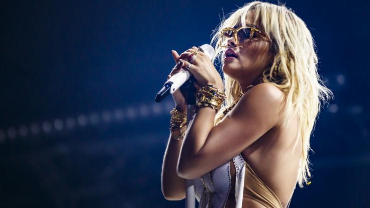 Rita Ora lässt die Brüste blitzen.