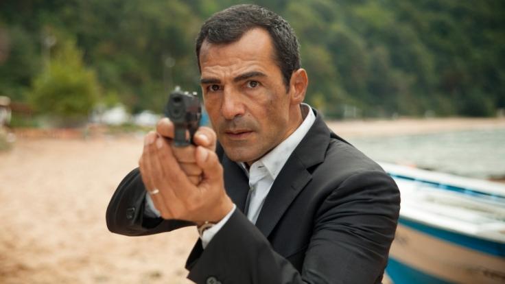 Frisch von seiner Frau verlassen, muss Kommissar Özakin in einem Mord an einem Journalisten ermitteln. (Foto)