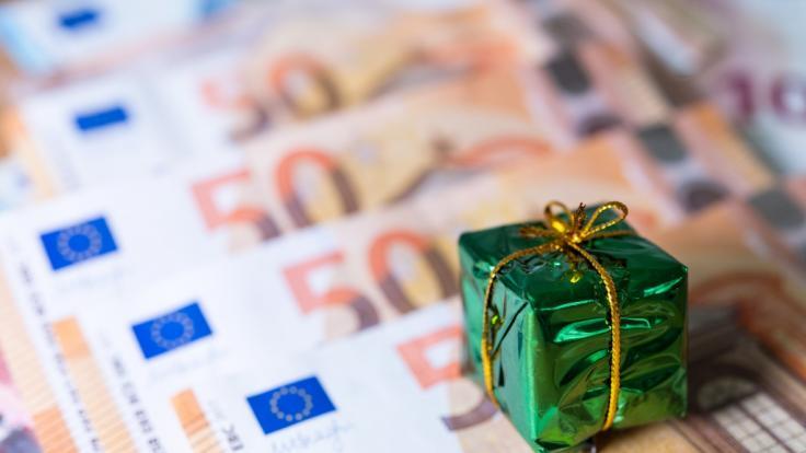 Politiker fordern jetzt Weihnachtsgeld früher auszuzahlen.