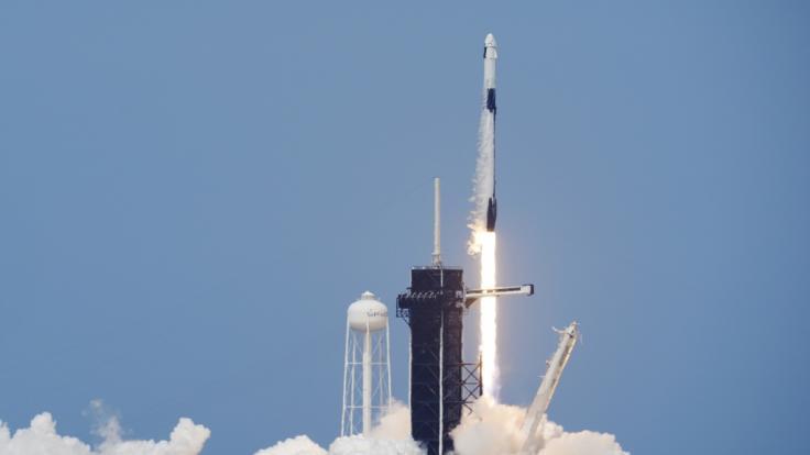 """Eine SpaceX """"Falcon 9""""-Rakete mit den NASA-Astronauten Hurley und Behnken in der Besatzungskapsel der Dragon hebt von der Startrampe 39-A im Kennedy Space Center ab. (Foto)"""