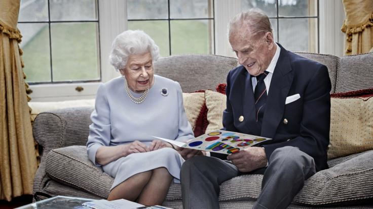 Queen Elizabeth II. und Prinz Philip freuten sich 2020 über eine Karte ihrer Urenkel Prinz George, Prinzessin Charlotte und Prinz Louis zum 73. Hochzeitstag. (Foto)