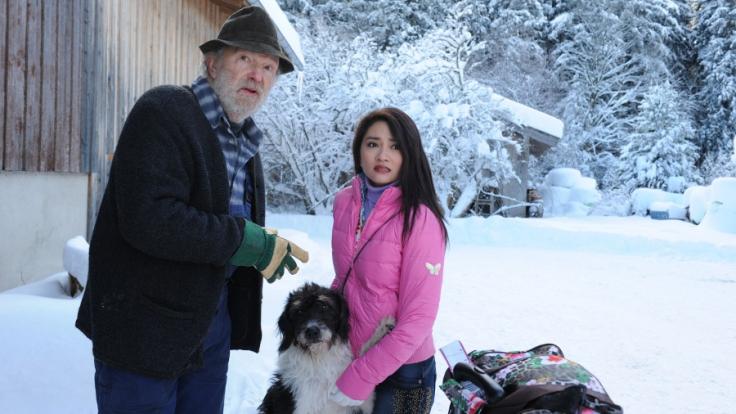 Hans (Michael Gwisdek) will seine Schwiegertochter Lamai (Mai Duong Kieu) vom Hof jagen. (Foto)