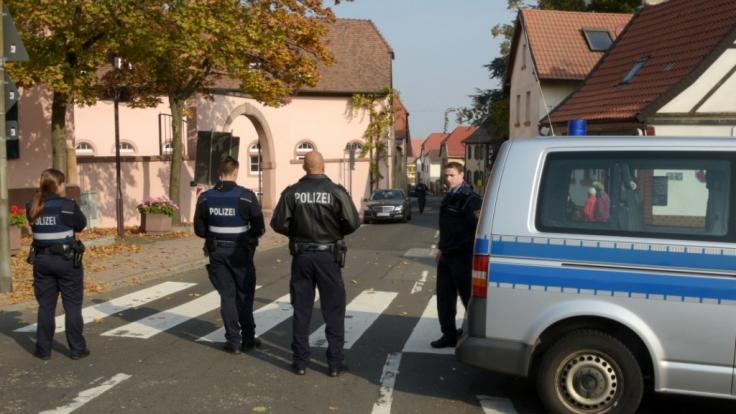Bei einem Polizeieinsatz in Kirchheim an der Weinstraße sind zwei Menschen getötet und zwei weitere schwer verletzt worden.