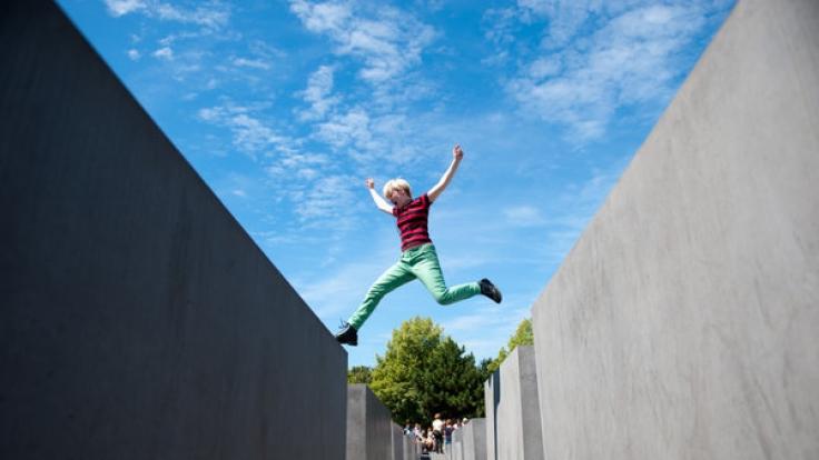 Yolocaust kritisiert Respektlosigkeit am Holocaust-Mahnmal in Berlin. (Foto)