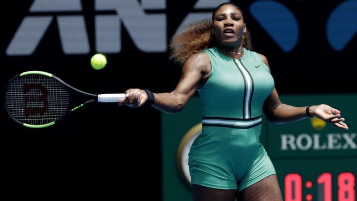 US-Tennis-Star Serena Williams trägt zu ihrem Einteiler Kompressionsstrümpfe.