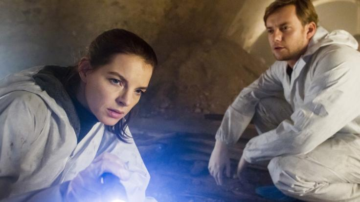 "Viola Delbrück (Yvonne Catterfeld) und Uli ""Jakob"" Böhme (Jan Dose) untersuchen den Tatort. (Foto)"