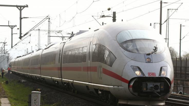 Ein ICE der Deutschen Bahn steht in der Nähe des Hauptbahnhofs, nachdem die Oberleitung abgerissen ist.