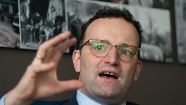 Bundesgesundheitsminister Jens Spahn hat seine Pläne für ein Verbot sogenannter Konversionstherapien gegen Homosexualität verschärft.