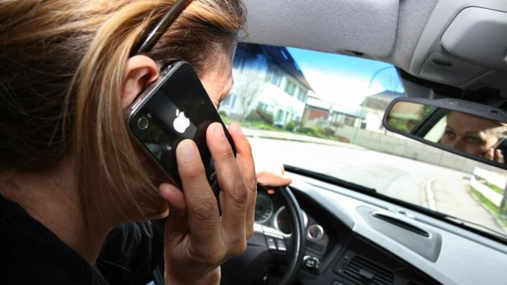 Die Polizei will mit ihrem Kontroll-Marathin auf die Gefahren der Handynutzung am Steuer aufmerksam machen. (Foto)