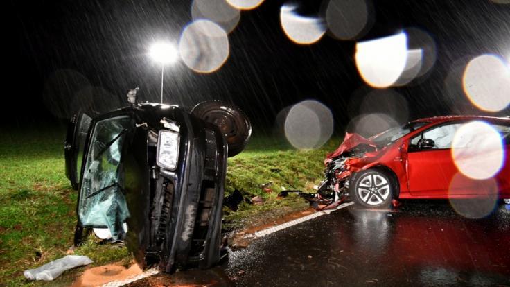 Die Wracks zweier Autos stehen nach einem Zusammenstoß auf der L 3195 bei Neuberg.Nach Polizeiangaben kam der 25-Jährige in einer Kurve mit seinem Wagen auf die Gegenfahrbahn, wo er in das Auto einer Familie krachte.