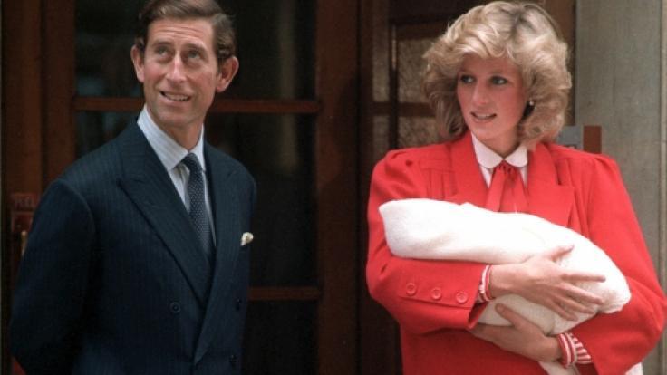 Prinz Charles und Prinzessin Diana posieren am 16.9.1984 beim Verlassen des Londoner St. Mary's Hospital mit ihrem zweiten Sohn Prinz Harry.