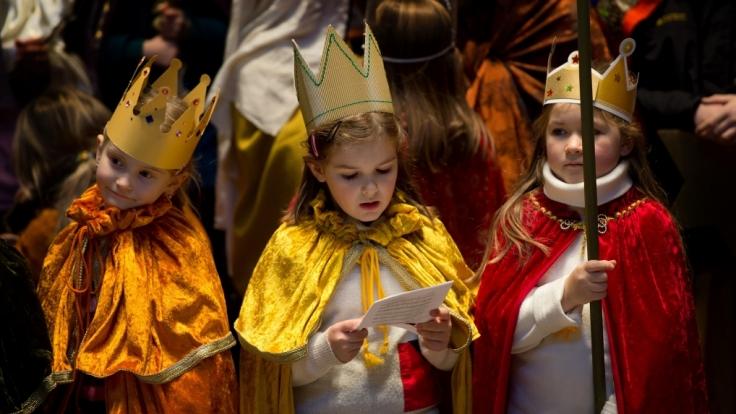 Sternsingen: Kinder verkleiden sich als Heilige Drei Könige und sammeln Geld für wohltätige Zwecke.
