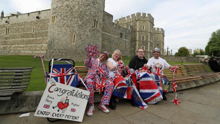 Viele Royal-Fans sind schon seit Tagen in Windsor. Harry und Meghans Hochzeitsgäste werden sich jedoch nicht in Union Jacks kleiden - sie müssen den Dresscode beachten. (Foto)