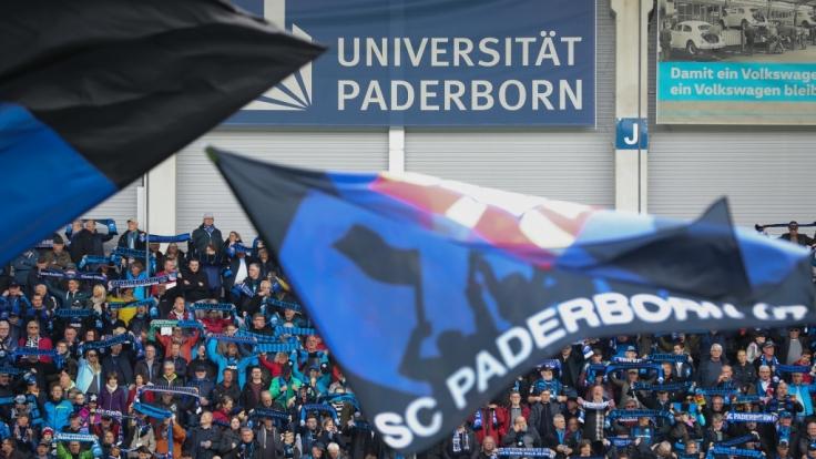 Mit Fahnen und Schals zeigen die Fans vom SC Paderborn für welchen Verein ihr Herz schlägt. (Symbolbild) (Foto)