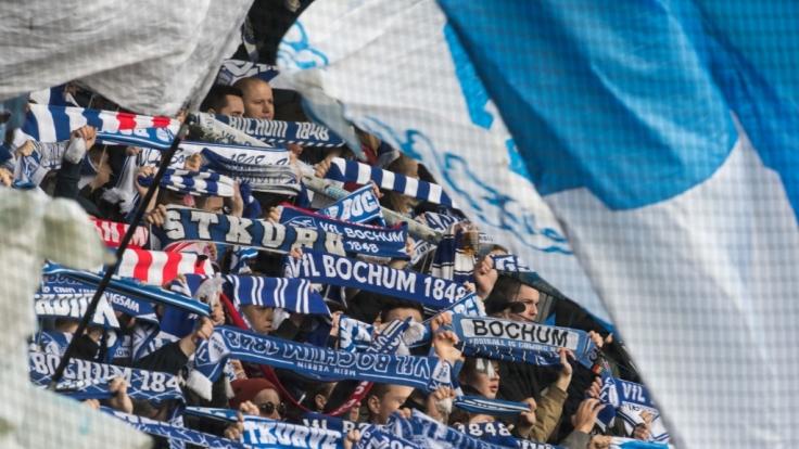 Mit Fahnen und Schals zeigen die Fans vom VfL Bochum, für wen ihr Herz schlägt. (Symbolbild) (Foto)