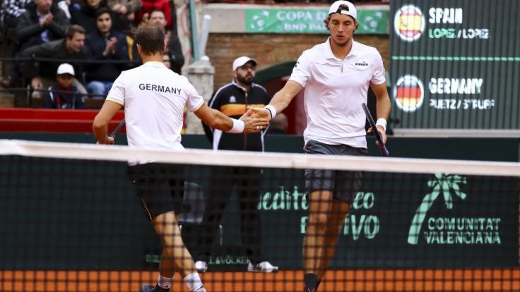 Die deutschen Tennis-Herren Jan-Lennard Struff (r) und Tim Pütz in Aktion beim Davis Cup.