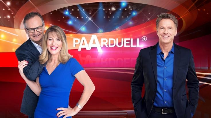 """Bestseller-Autorin Anne Gesthuysen (M.) und Moderator Frank Plasberg (l.) bitten zum """"Paarduell"""". (Foto)"""