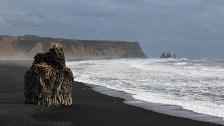 Aufgrund des schwarzen Vulkansandes ist das Kap Dyrhólaey sehr beliebt. (Foto)