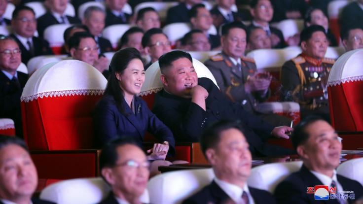 Ein Foto mit Seltenheitswert: Kim Jong Un Seite an Seite mit seiner Ehefrau Ri Sol Ju. (Foto)