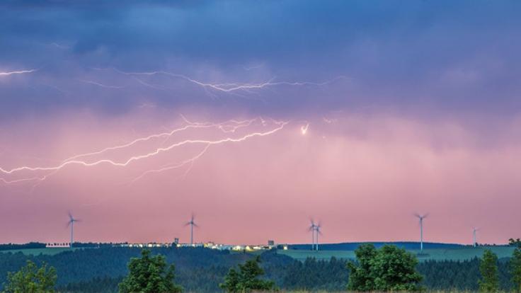 Bereits am Dienstagabend drohen erneut schwere Gewitter in Deutschland.