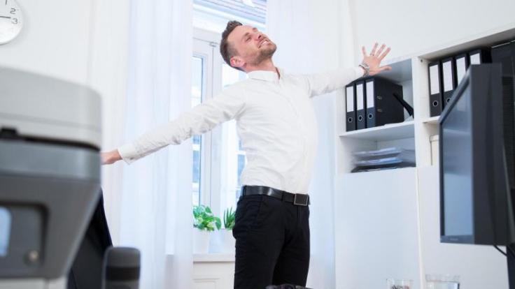 Streck dich! Orthopäden empfehlen, bei der Büroarbeit ruhig zwei- bis drei Mal pro Stunde aufzustehen und sich lang zu machen. (Foto)
