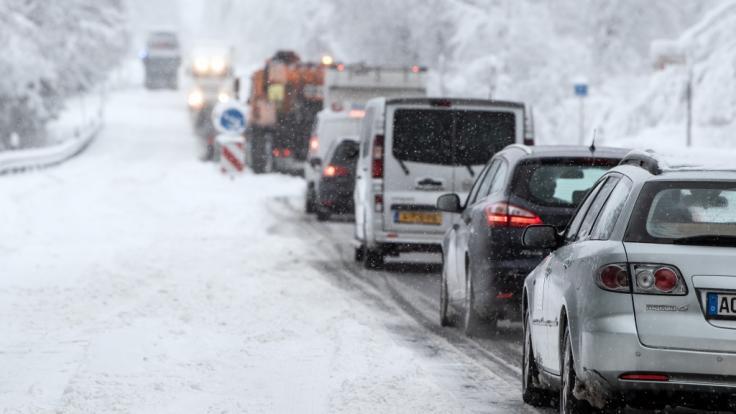Schneefälle können an den kommenden Tagen für Chaos auf den Straßen sorgen. (Foto)