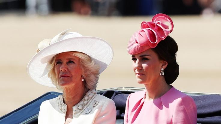Dass Camilla Parker-Bowles und Kate Middleton stets wie aus dem Ei gepellt aussehen, haben die beiden Herzoginnen dem strengen Beauty-Regiment von Queen Elizabeth II. zu verdanken.