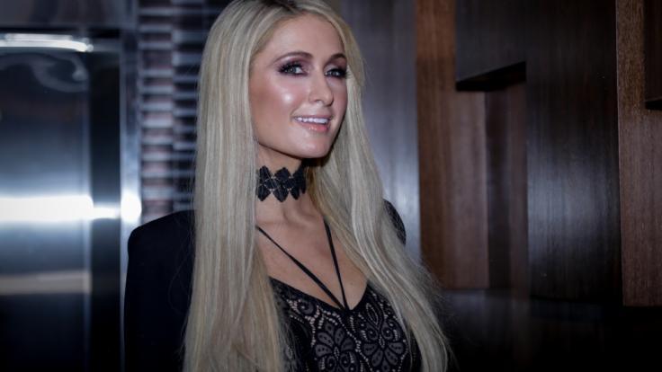 Paris Hilton gibt im Netz die barbusige Meerjungfrau. (Foto)