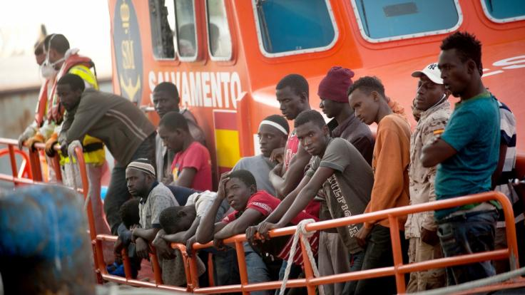 Ein weiteres Schiff einer Hilfsorganisation mit Geretteten vor Italiens Häfen bittet darum, anlegen zu dürfen.