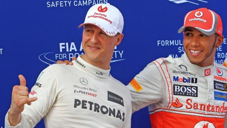 Beim Grand Prix von Malaysia 2012 in Kuala Lumpur strahlten Michael Schumacher und Lewis Hamilton noch Seite an Seite - inzwischen knackt der Brite einen Schumi-Rekord nach dem anderen. (Foto)