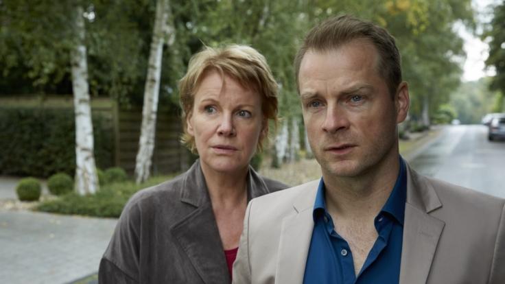 Marie (Mariele Millowitsch) und Simmel (Hinnerk Schönemann) sind ratlos, warum Kahler auf sie geschossen hat. (Foto)