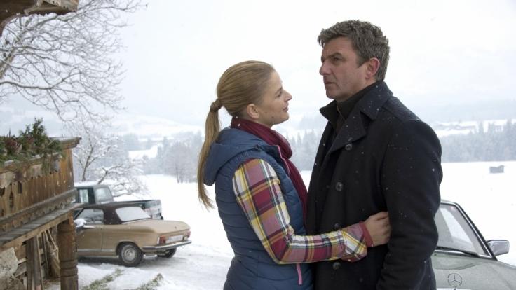 Anne (Ines Lutz) muss Martin (Hans Sigl) erzählen, dass ihr Vater zurück ist und ihre gemeinsamen Pläne vorerst nicht realisiert werden können.