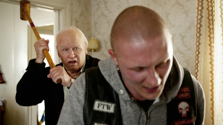 Der Hundertjährige Allan Karlsson (Robert Gustafsson, li.) setzt sich gegen den rabiaten Motorradrocker Bulten (Simon Säppenen) zur Wehr. (Foto)