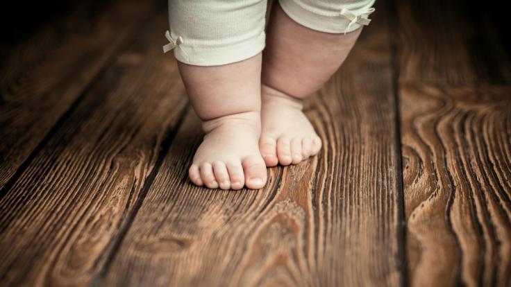 Aldi ruft Babyschuhe zurück. (Foto)
