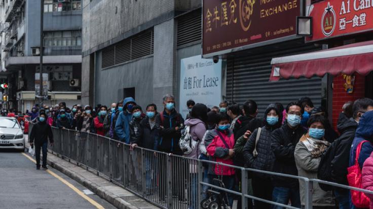 China, Hongkong: Kunden stehen vor einem Geschäft, das Mundschutze verkauft, Schlange. (Foto)